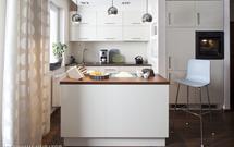 Biała kuchnia z wyspą. Mimo zimnych kolorów, kuchnia w bieli też może być przytulna