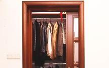 Jak zbudować garderobę i jakie drzwi wybrać: przesuwne, składane czy tradycyjne