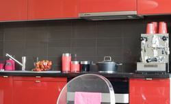 Wykończenie ściany nad blatem: farby, płytki, tapety