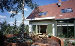 Dom otwarty na otoczenie. Jak duże okna i przestronny taras łączą dom z ogrodem?