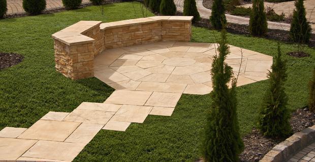 6 pomysłów na ciekawy ogród, w którym królują kamienne nawierzchnie